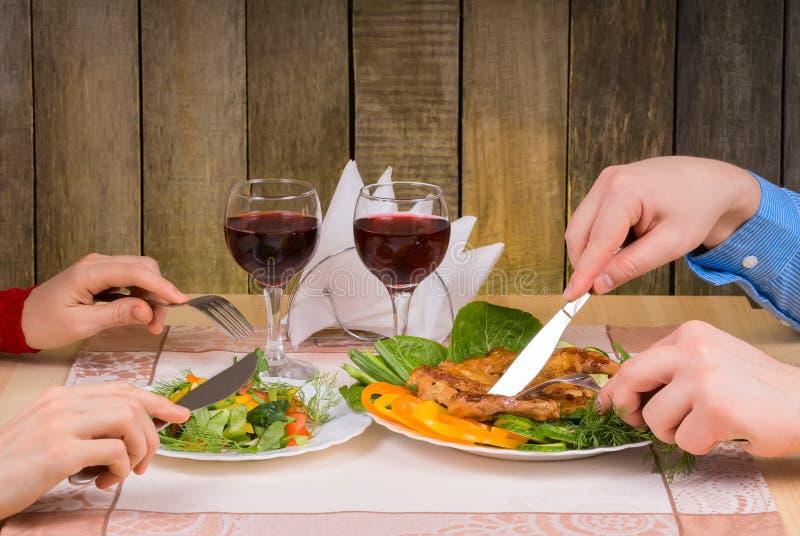 Beaux couples dînant romantique photos stock