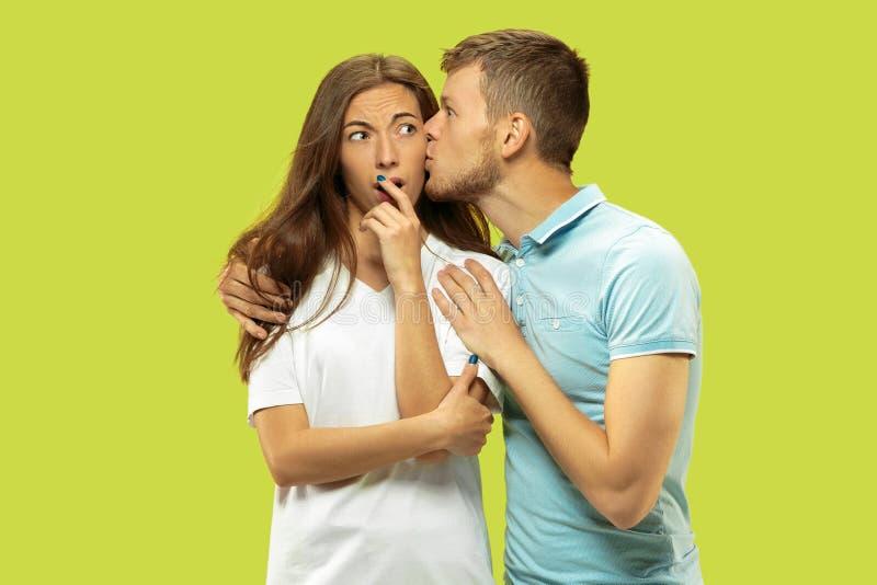 Beaux couples d'isolement sur le fond vert de studio photos stock