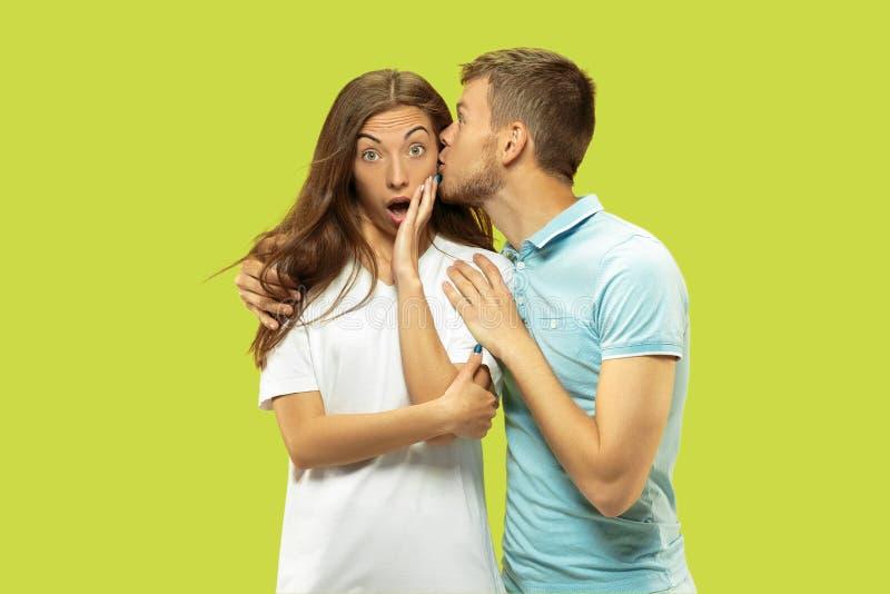 Beaux couples d'isolement sur le fond vert de studio photo stock