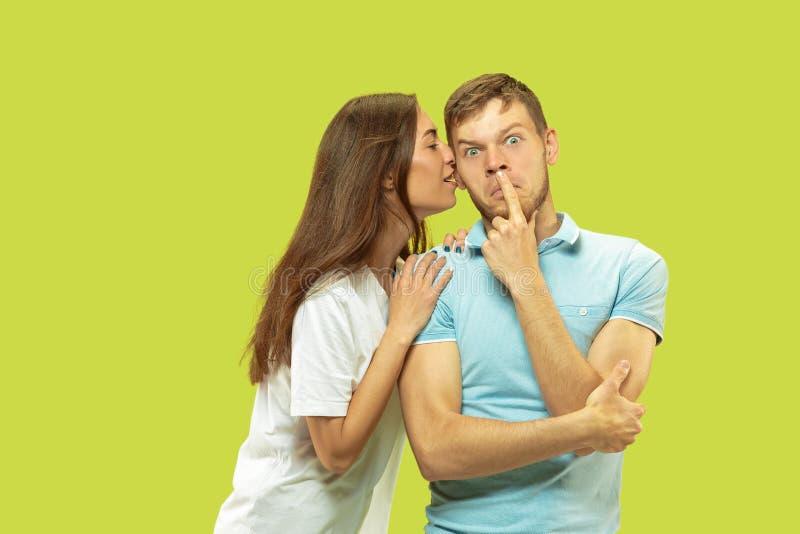 Beaux couples d'isolement sur le fond vert de studio images libres de droits
