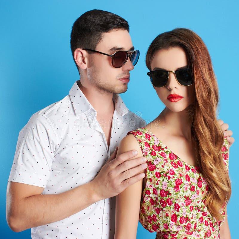 Beaux couples dans des lunettes de soleil photo libre de droits