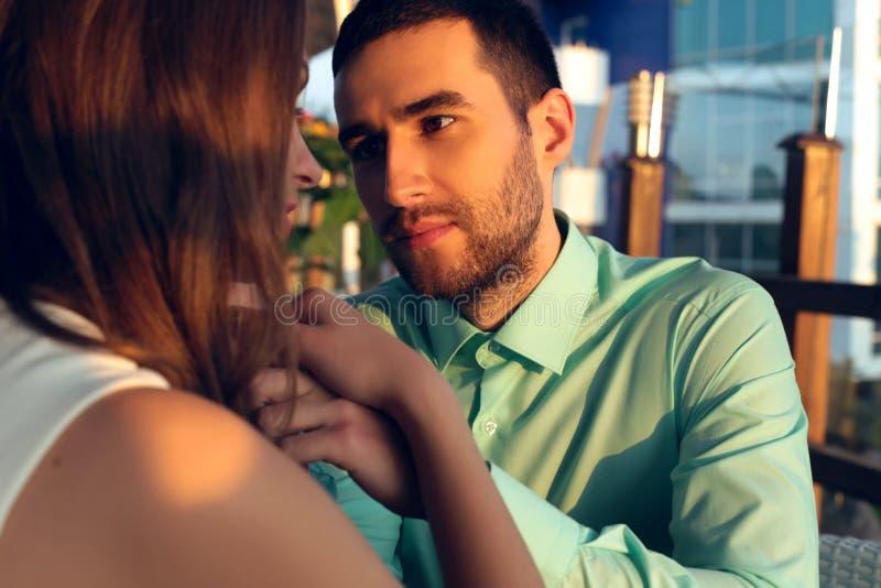 Beaux couples dans des vêtements élégants regardant l'un l'autre photos libres de droits