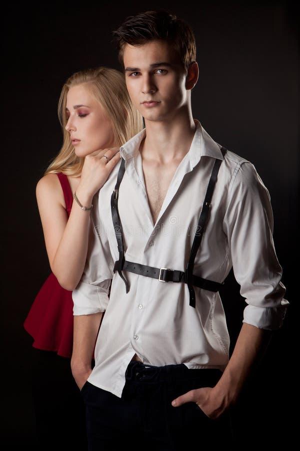 Beaux couples de bandit dans l'amour sur le noir photos libres de droits