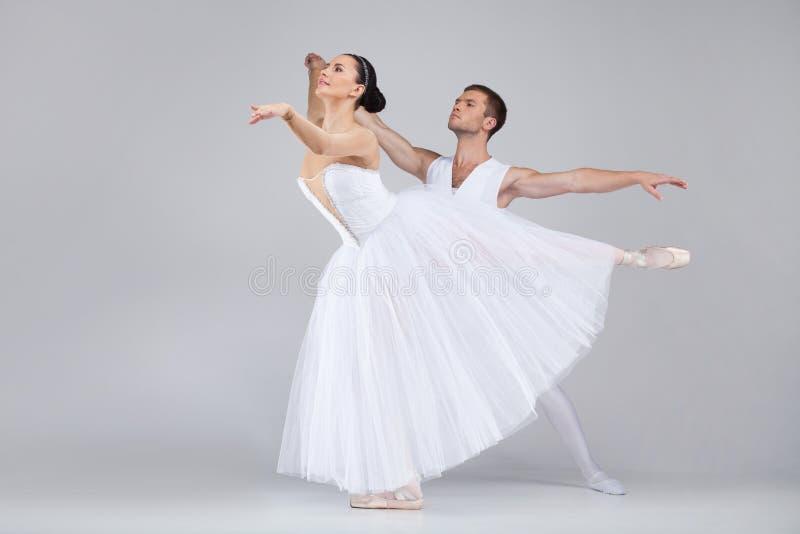 Beaux couples de danse exécutant le ballet. photos stock