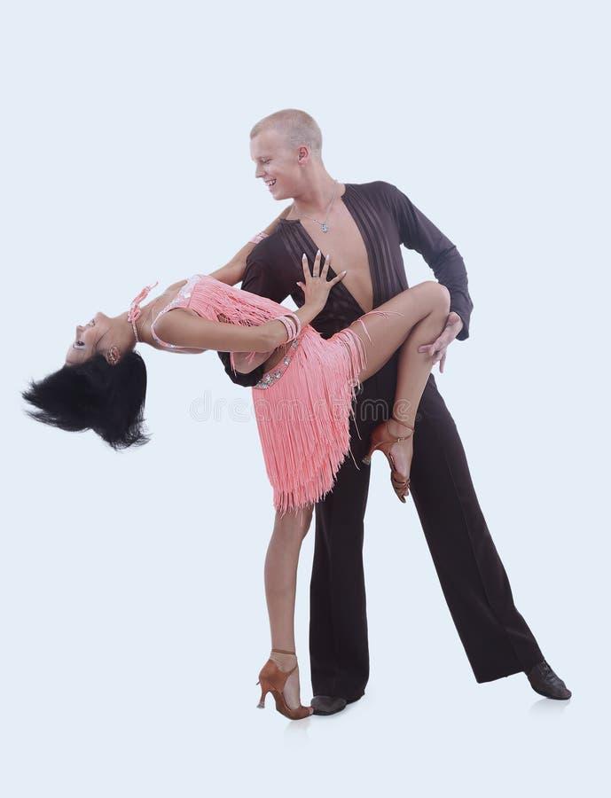 Beaux couples de danse de salle de bal dans une pose de danse d'isolement sur le blanc photos stock
