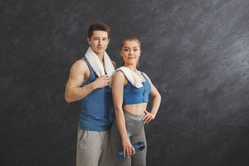 Beaux couples de forme physique se tenant au gymnase images libres de droits