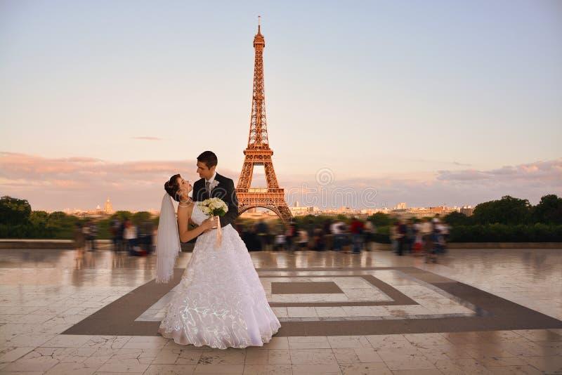 Beaux couples de mariage à Paris photo libre de droits