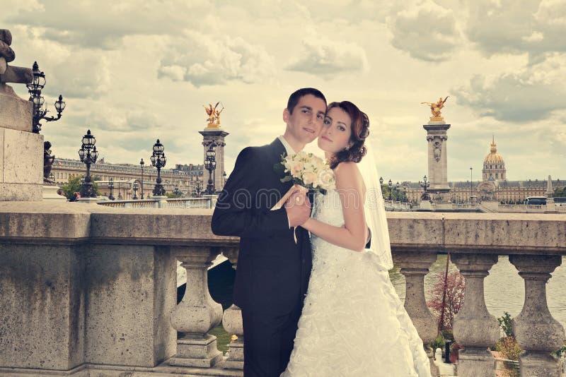 Beaux couples de mariage Jeunes mariés sur le pont d'Alexandre III à Paris photo libre de droits