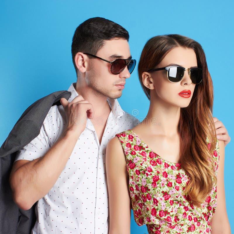 Beaux couples de mode dans des lunettes de soleil image stock