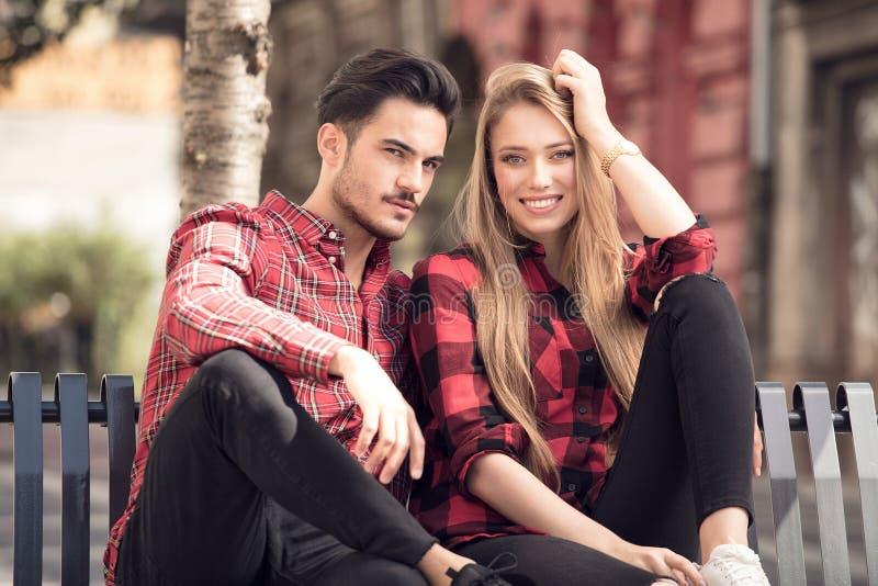 Beaux couples de sourire datant dehors image stock