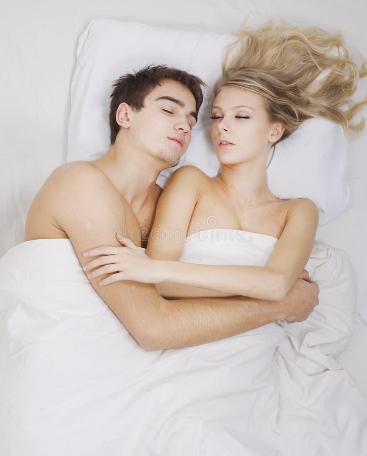 Beaux couples dormant ensemble photo stock