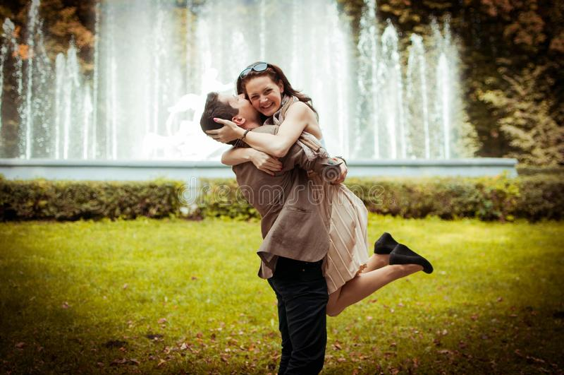 Beaux couples en stationnement Torsion d'homme en main son amie photo stock