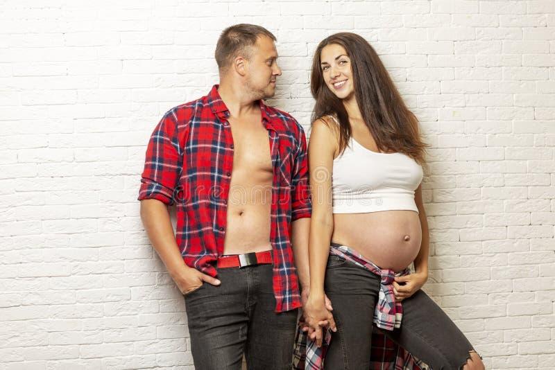 Beaux couples enceintes étreignant et souriant Amour et tendresse Le bonheur de l'attente images libres de droits