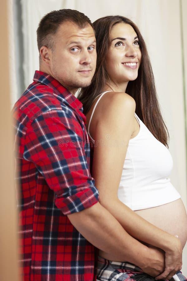 Beaux couples enceintes souriant et étreignant Amour et tendresse en prévision d'un miracle photos libres de droits