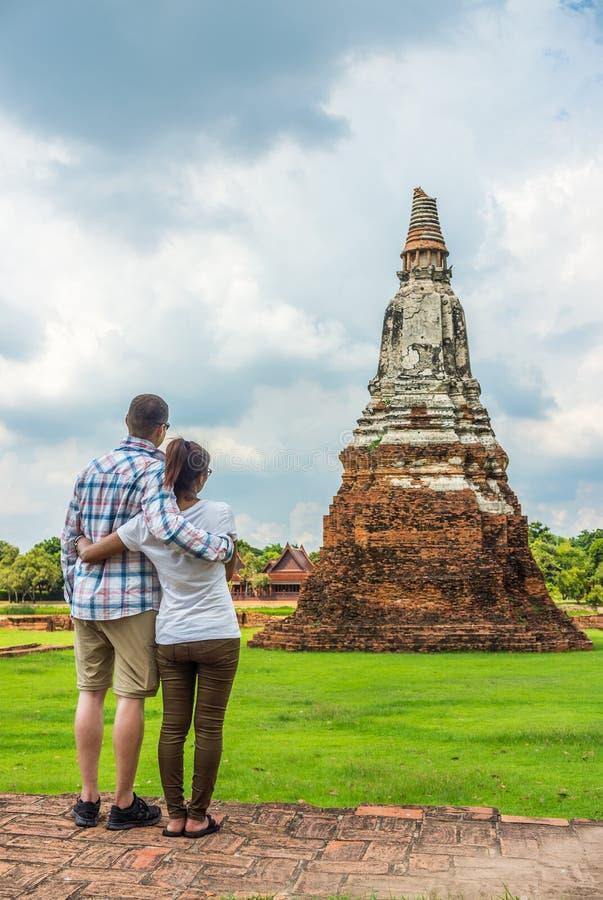 Beaux couples, européen et Asiatique, s'embrassant à de vieilles ruines de pagoda images libres de droits