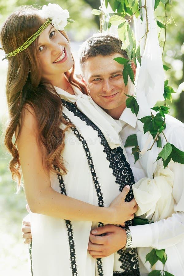 Beaux couples heureux de famille, homme bel et femme enceinte i image stock
