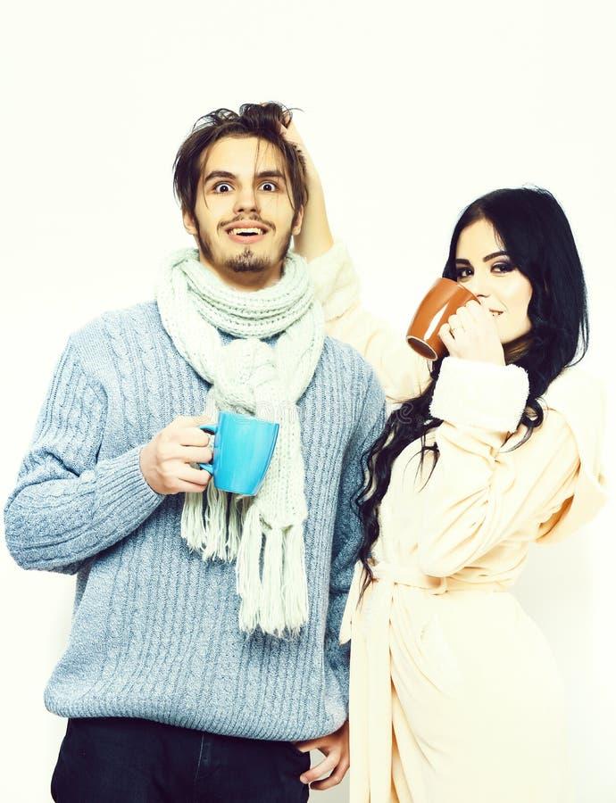 Beaux couples heureux tenant des tasses photos libres de droits