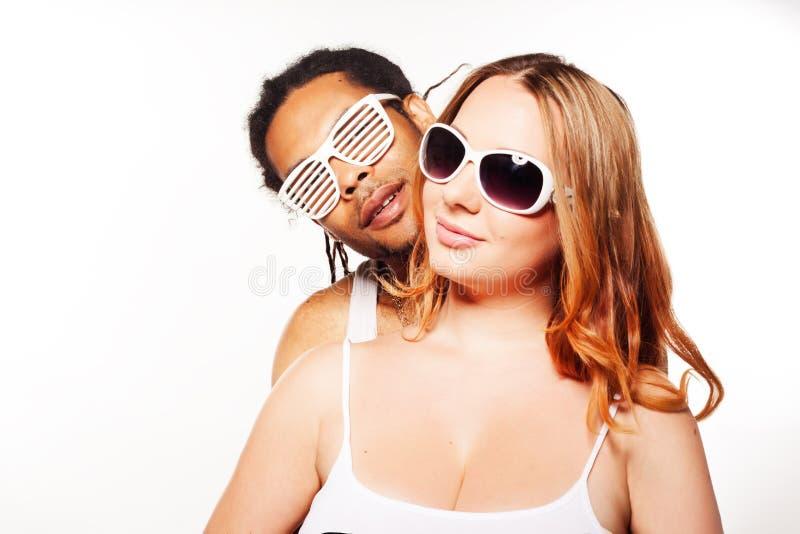 Beaux couples mélangés dans l'étreinte affectueuse photographie stock libre de droits