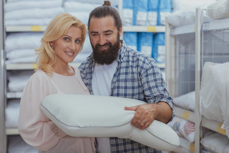 Beaux couples mûrs achetant de nouveaux oreillers images libres de droits