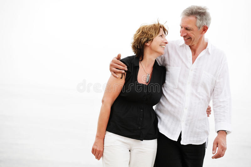 Beaux couples mûrs faisant un tour romantique photographie stock