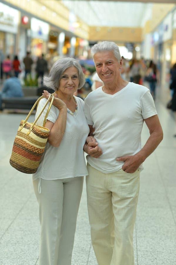 Beaux couples mûrs heureux images stock