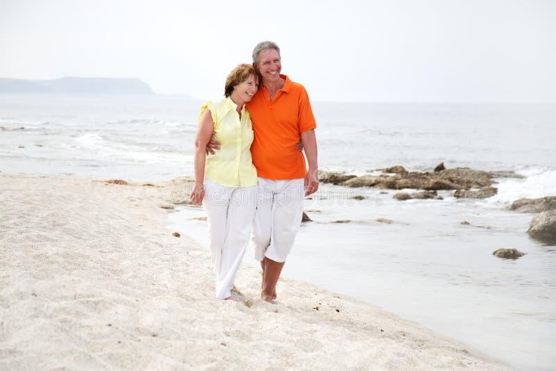 Beaux couples mûrs sur la plage photographie stock
