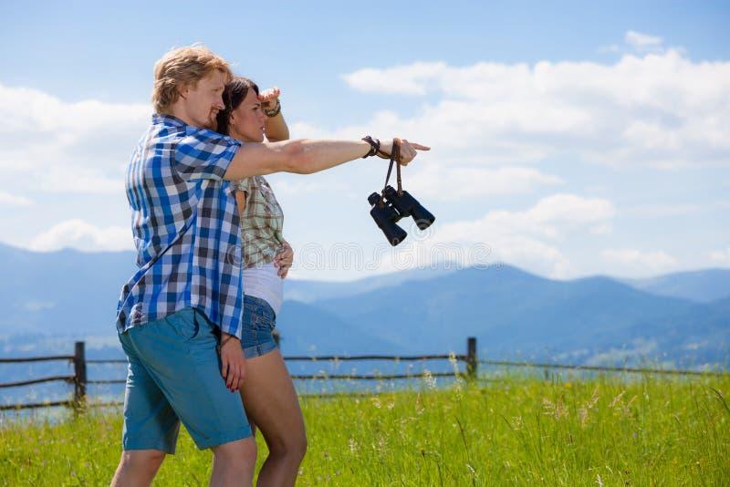 Beaux couples marchant ensemble au pré d'été photo libre de droits