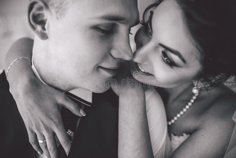 Beaux couples nuptiales européens dans la chambre d'hôtel photographie stock libre de droits