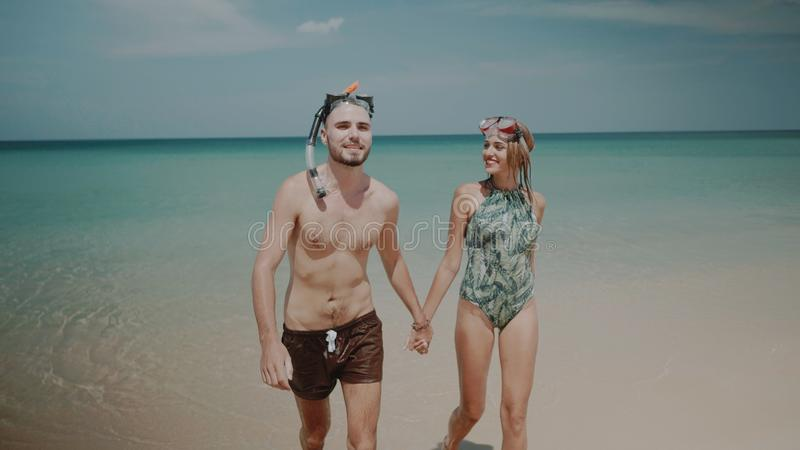 Beaux couples pendant des vacances d'été photo stock