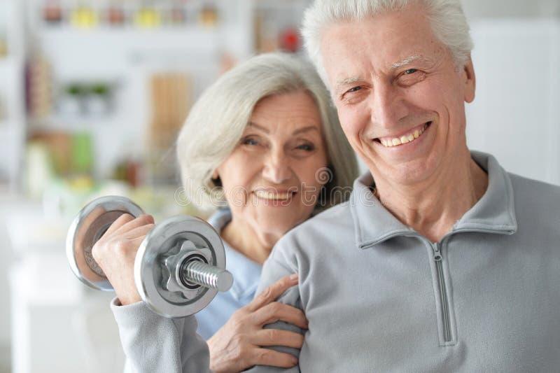 Beaux couples pluss âgé dans un gymnase photographie stock libre de droits