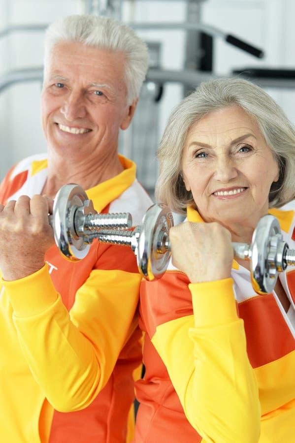 Beaux couples pluss âgé dans un gymnase photos libres de droits