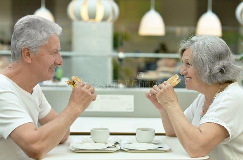 Beaux couples pluss âgé mangeant des aliments de préparation rapide photo libre de droits