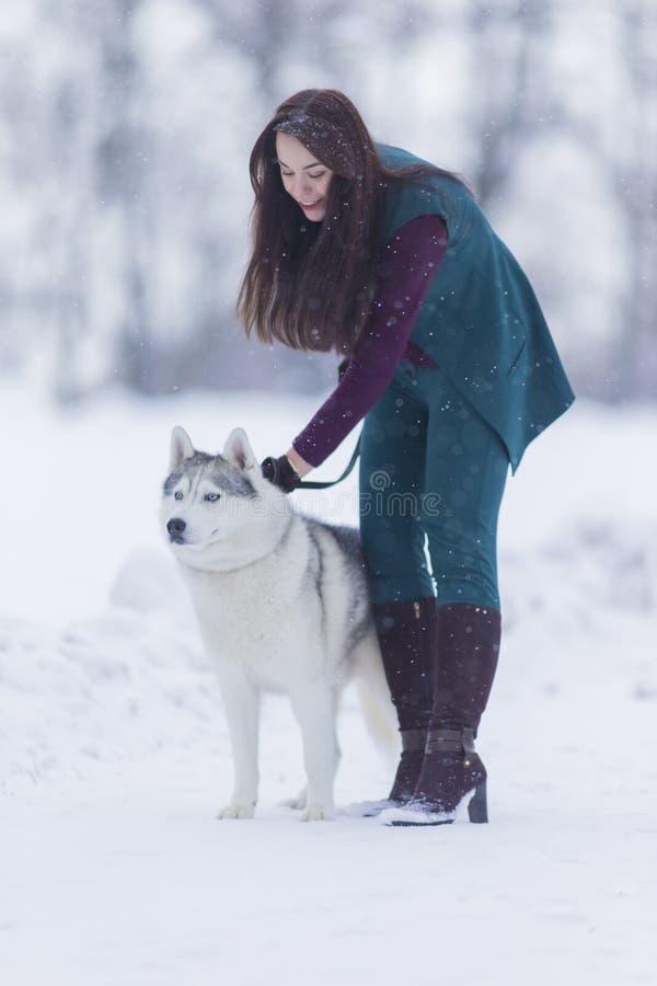 Beaux couples Portrait du sourire et de la femme caucasienne heureuse aérant son Husky Dog images stock