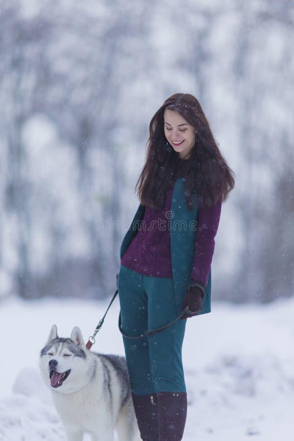 Beaux couples Portrait du sourire et de la femme caucasienne heureuse aérant son Husky Dog photos stock