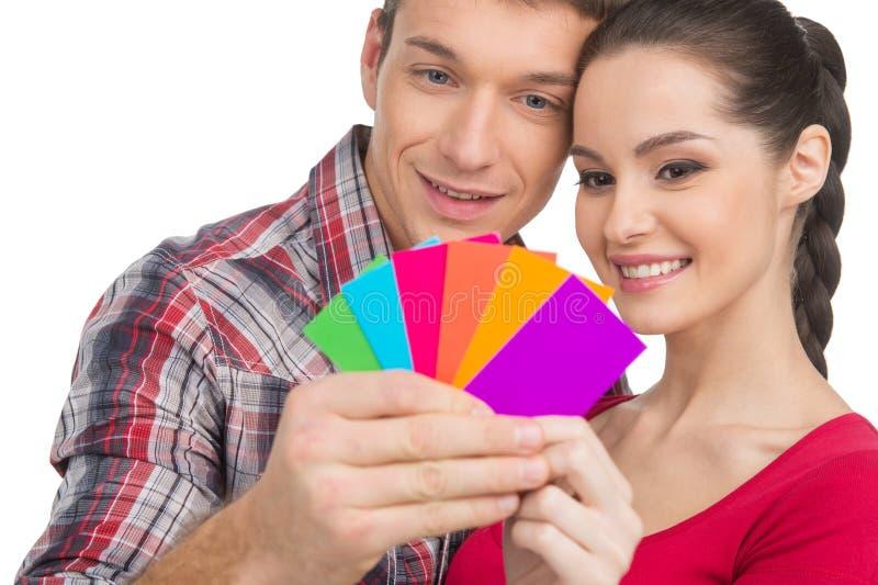 Beaux couples sélectionnant la couleur et le sourire image stock