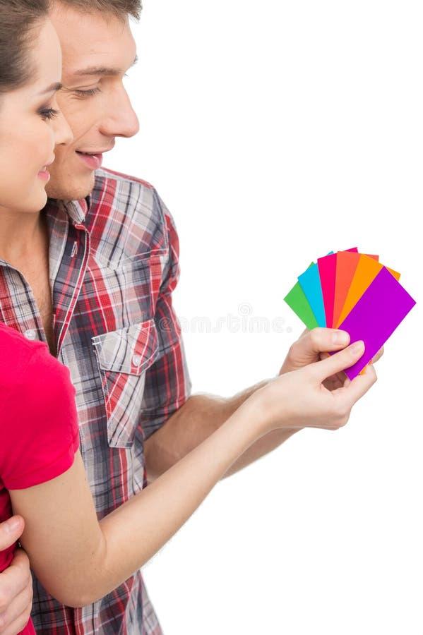 Beaux couples sélectionnant la couleur et le sourire photographie stock