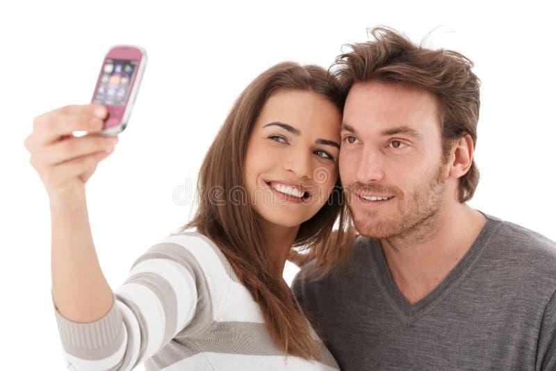 Beaux couples se photographiant souriant image libre de droits
