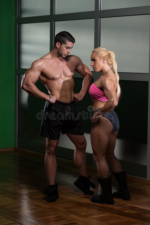 Beaux couples sportifs après la formation photo stock