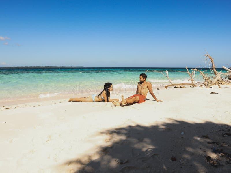 Beaux couples sur la plage sablonneuse, l'eau de turquoise et les palmiers blancs en île d'Onok dans Balabac, Palawan à Philippin photo libre de droits