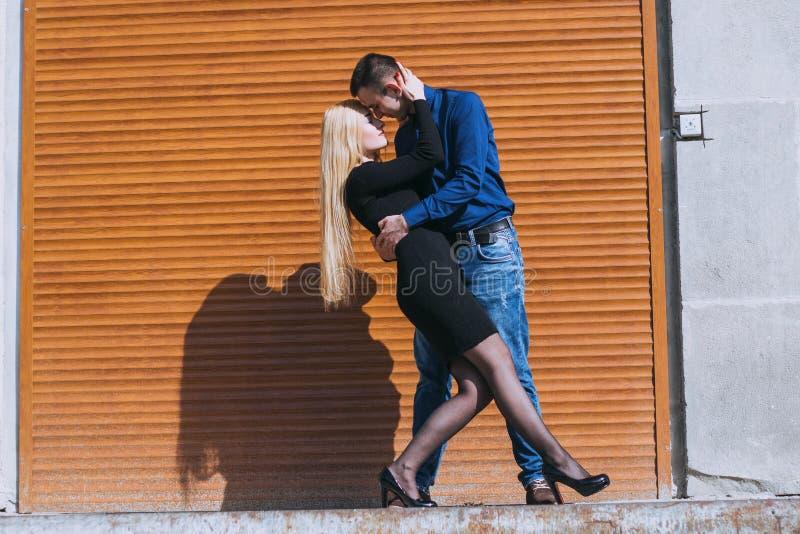 Beaux couples sur la rue photo stock