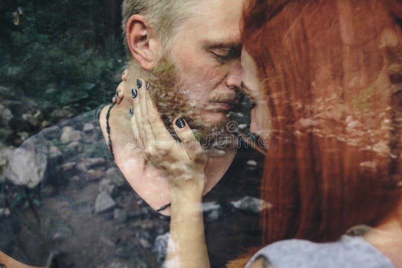 Download Beaux Couples Sur Le Fond De La Forêt Photo stock - Image du forêt, normal: 76077972