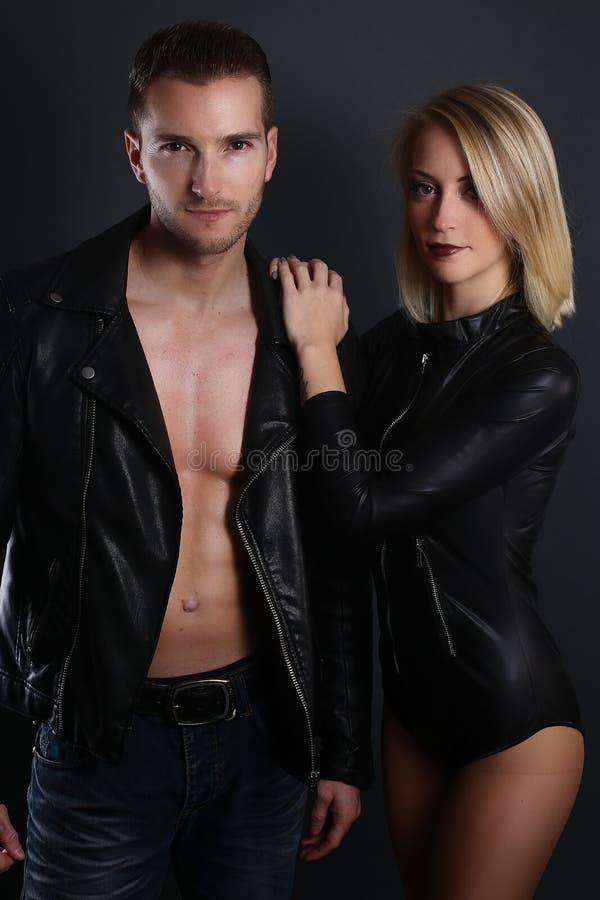Beaux couples utilisant une veste de leahter images stock