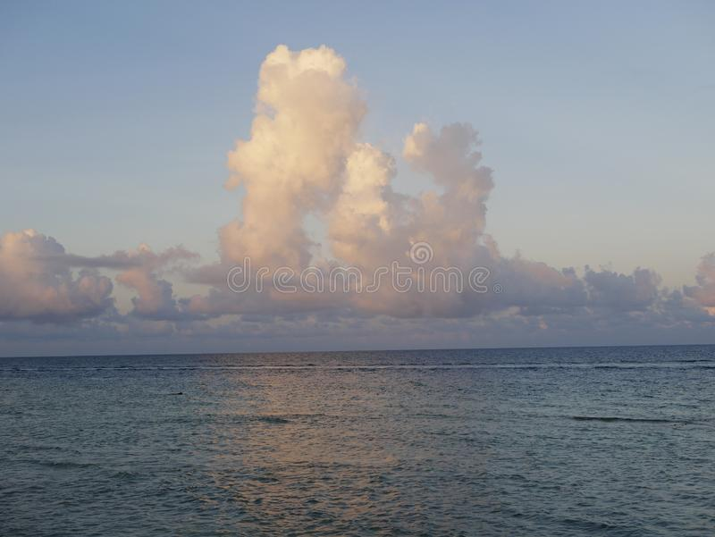 Beaux cumulus au-dessus de l'océan dans Maldive images libres de droits