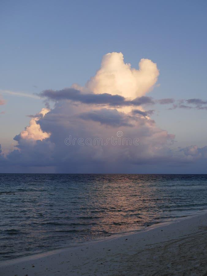 Beaux cumulus au-dessus de l'océan dans Maldive photographie stock libre de droits