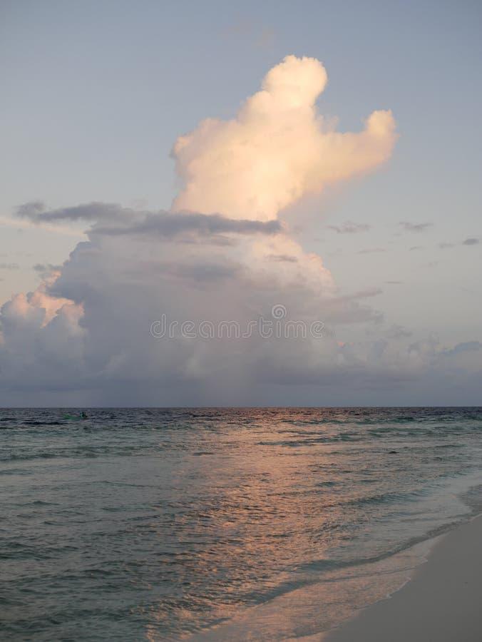 Beaux cumulus au-dessus de l'océan dans Maldive image libre de droits
