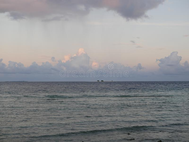 Beaux cumulus au-dessus de l'océan dans Maldive photo stock