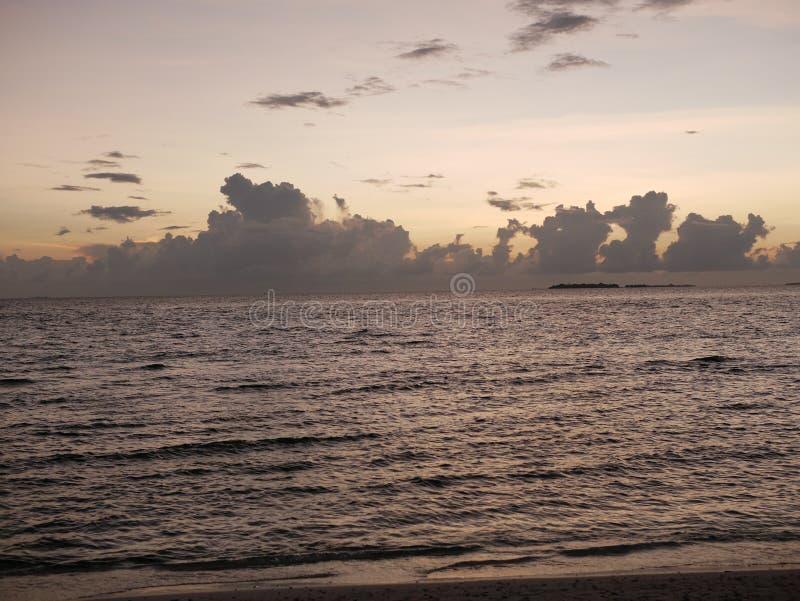 Beaux cumulus au-dessus de l'océan dans Maldive photographie stock