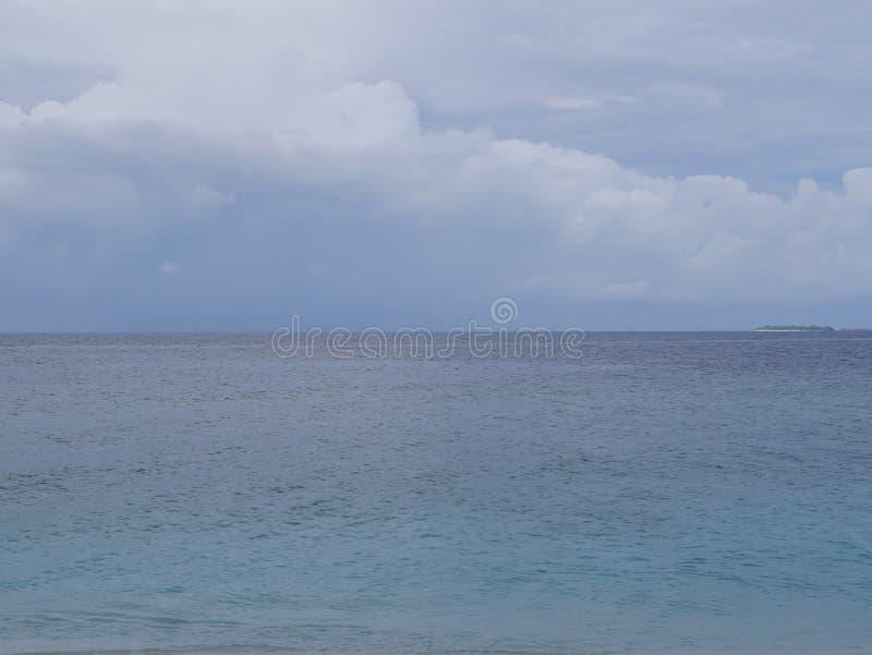 Beaux cumulus au-dessus de l'océan dans Maldive photos libres de droits
