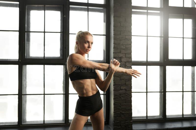 Beaux danseur et sportive blonds sportifs avec beau images libres de droits