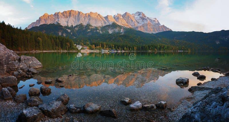 Beaux eibsee de lac de paysage et montagne alpins de zugspitze à l'aube photos stock
